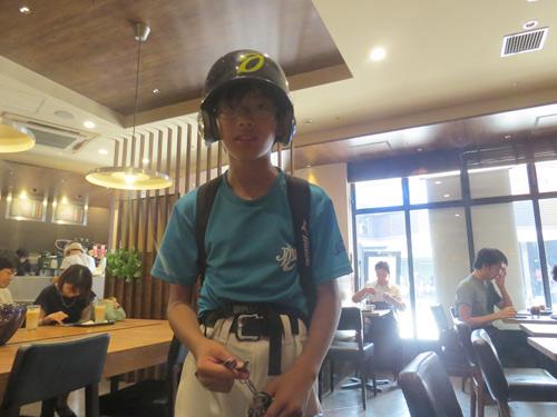 インタビューの途中で家の鍵を取りに来た太郎くん、結婚写真のときは低学年だったがいまや6年生
