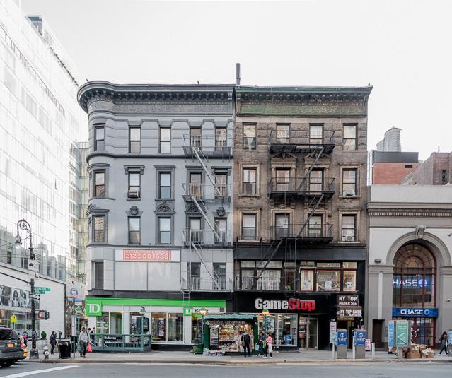 これなんかも。なんてことないビルでも、一番上をこういう風にすると急にマンハッタン感出るな、と思った。あと、このビル、非常階段が擬態するかのようにビルの色に合わせられていてキュートだ。