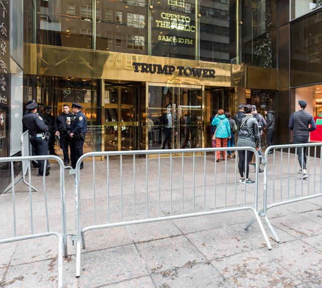 五番街でも、このビルのまわりだけバリケードがめぐらされてて、大量の警官が。