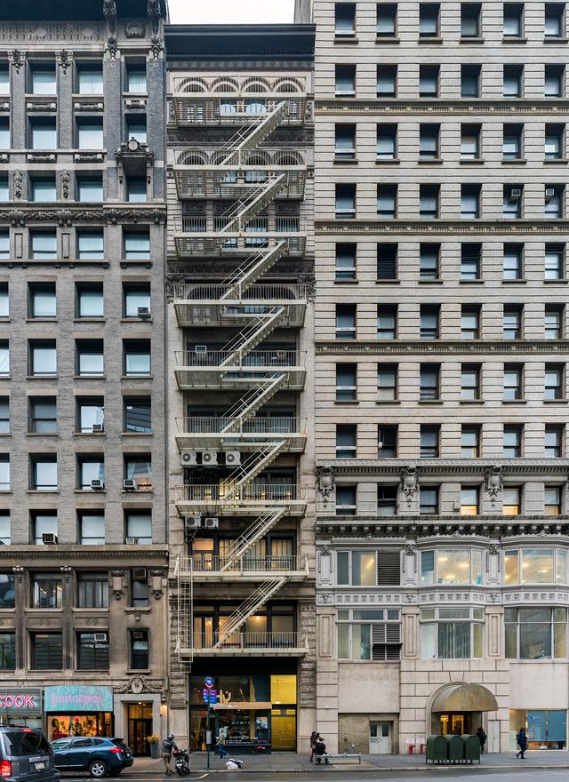 これぐらいがぎりぎり好みの範疇かな、という感じ。たぶんそもそもある程度以上の高さのビルは内部の防火区画とかがちゃんとしてて、非常階段が表につける必要がないのだと思う。