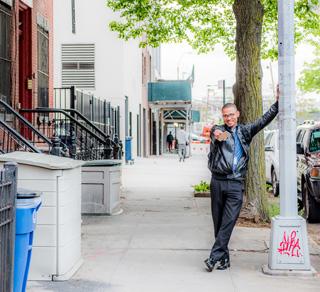 歩きながら写真撮りまくってたら「きみは写真家かなにかかい? ぼくを撮ってくれよ!」って言ってきた陽気なおにいさん。レンズを向けたら満面の笑みでポーズをとった。いい街だな、って思った。