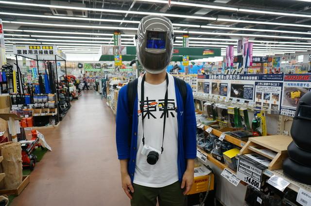 すごい溶接用マスク。電子制御になっており、普段は向こうの見えるガラス、強い光に反応して瞬時に遮光マスクになる