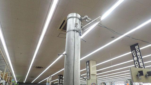 電材コーナーの電柱。電柱は作りもので、金具類は実際の商品を使用している