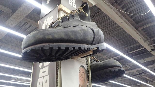 極めつけがこの靴。汚れ具合から紐の先のほつれまで、そこまでやるかという再現度