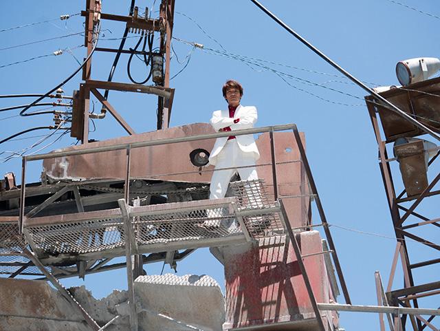 わざわざ「俺も格好良い写真撮りたい」と白スーツを持参した編集安藤さん。ポーズのあまりの決まり具合に軽くイラッとする。