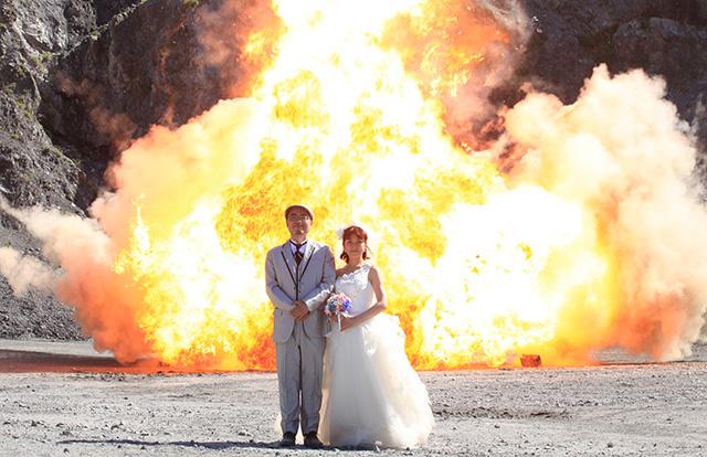 ちなみにこれが無事に撮影できた特大ナパーム爆破結婚写真。バカみたいなハデさで嬉しい。