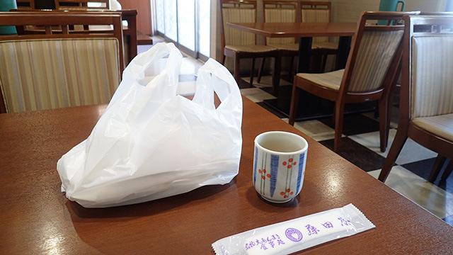 外で買った大あんまきをお店に持って入るとお茶とお手拭を出してくれるぞ。