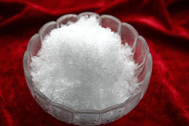 0℃の氷で作ったかき氷。粒子が荒い。