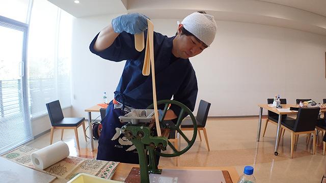 ローラーで伸ばした生地を製麺機でカットしていきます。ここが一番見てて面白い。