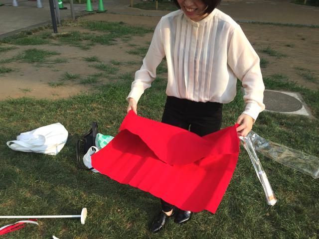 式典といえばレッドカーペットだ。赤フェルトを絨毯がわりにする