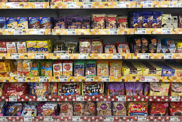 5件目のスーパー。最下段に源氏パイ、平家パイ、ホームパイのおなじみのセットで並べられている
