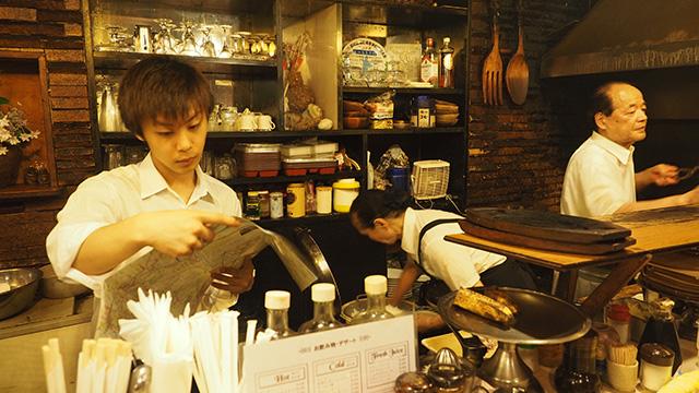 店主は1日中ここで調理。その手際よさを見てると面白い。