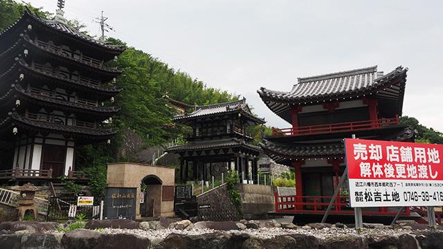 バランスが不思議な5重の塔や奥には金閣寺らしきものが…持ち主が亡くなり、廃墟となっている。色々ありすぎて写真に収まらない。