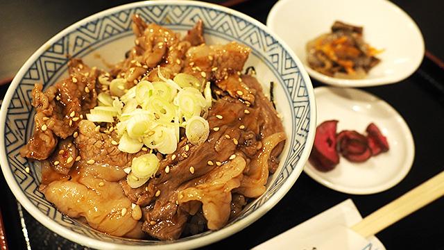 じゃーん。近江牛(A-4ランク以上)のカルビ丼。これにお吸い物がついて1200円。うまいっ!