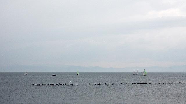 ヨットが浮かぶ琵琶湖。