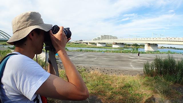 撮影の合間にも列車が通るとすかさず撮影体勢に入る巨匠。