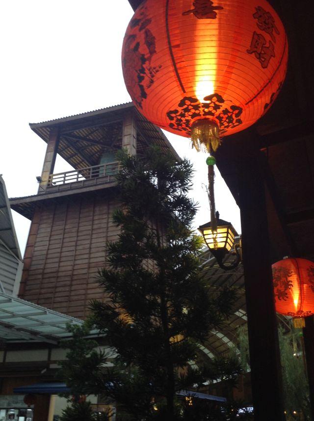 中国っぽい提灯だけれど、ともかく夜になると味がでる。