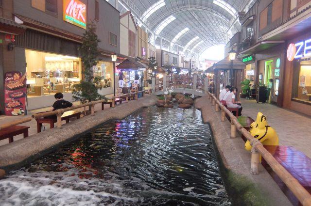 大きいアーケードの下には、川が流れて風情がある。これも日本的だ。
