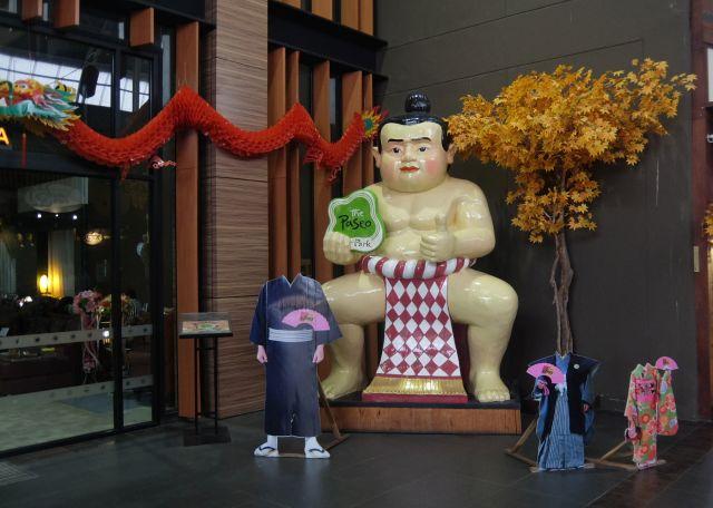 当然日本といえば相撲も外せない。なお顔ハメ写真も撮れます。
