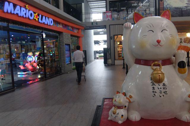 巨大な招き猫もある。ついでにMARIO☆LANDなるゲームセンターもある。