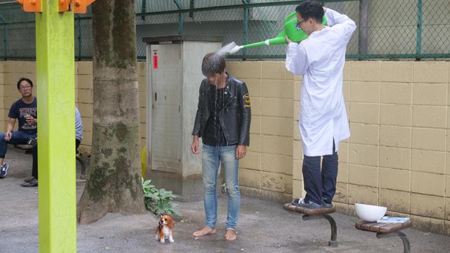 被写体には不良が雨に濡れる子犬に気づくところから再現してもらった