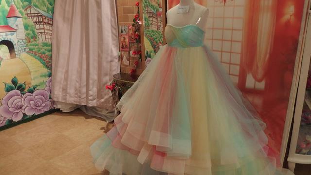 淡いレインボーカラー。女子の夢をまるごと表現したようなドレス