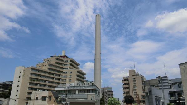 そこから見える周りの建物とは比べものにならない高さのえんとつ。