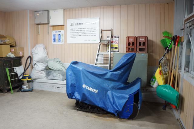 事務室の対面には、除雪用具などを保管。