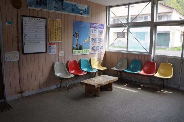 夜に見たときは寂しげだった待合室が、うってかわって爽やかに。