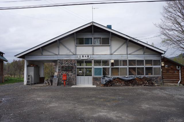 駅前広場から駅舎を臨む。質素だが、大雪にも耐える丈夫な頼もしい駅舎だ。