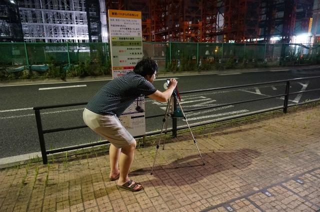 カメラを設置する西村さん
