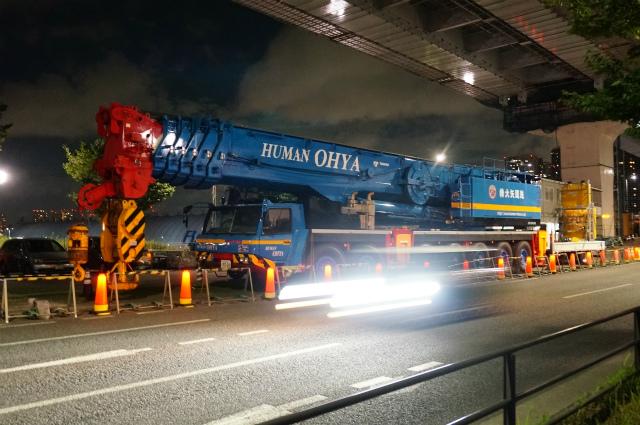 目の前に巨大なクレーンが!これが警備員さんの言っていた100トンのクレーンだろうか