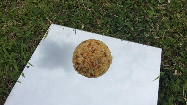 芝生に置いたらアート作品になった。『切り取られた四角い空と、チャーハンの球の偶像』