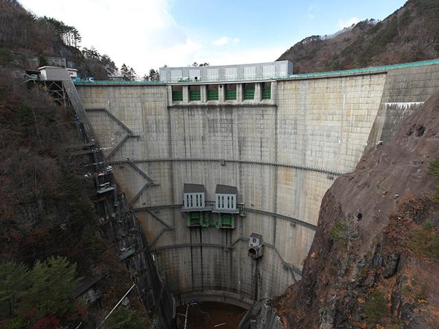 国内有数の縦長に見えるダムである