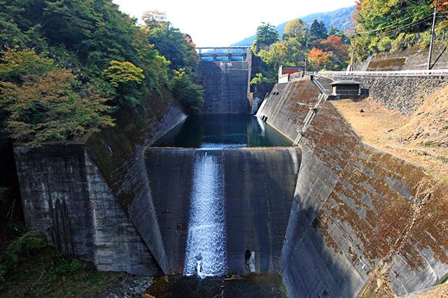 ダム本体ではなく、放流するための設備である洪水吐