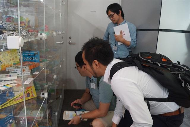 その過去の教材の展示室に、私と、ライターの西村さん、編集の古賀さんがいた。