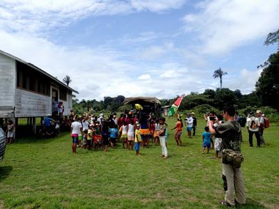 訪れたガイアナ共和国の小村はお祭りの最中。音楽に合わせて踊る子どもたちにはどこか照れがあるように見える。元イギリス領だったこともあり、他のラテンアメリカ国家に比べて国民性はやや物静かな印象。