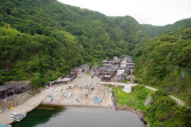 海と山に囲まれた深浦の集落。すごい立地だ。