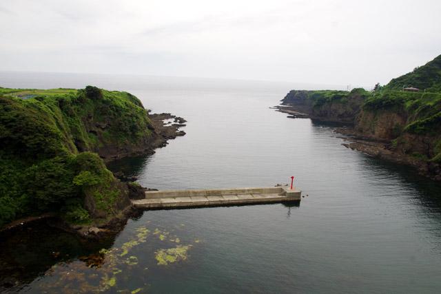 集落前の入り江。この一帯がたらい舟の漁場となる。