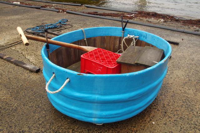 まさにたらいの舟だ。舟の前側で使用する一本の櫂(かい)だけで操船をする。