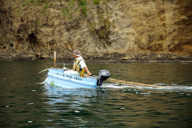 舟の何倍も長い竿を積んで移動している姿を見ると、エンジンを積みたくなる気持ちもわかる。