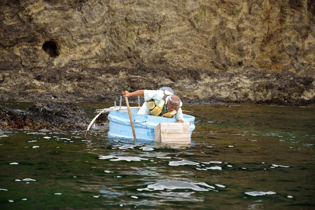 丸くて小回りの利くたらい舟が、今もなお使われている理由がよくわかった。片手で操船できるのもポイントなのだろう。