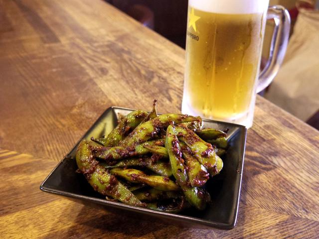まずは「ピリ辛枝豆炒め」(300円)と生ビール(500円)から