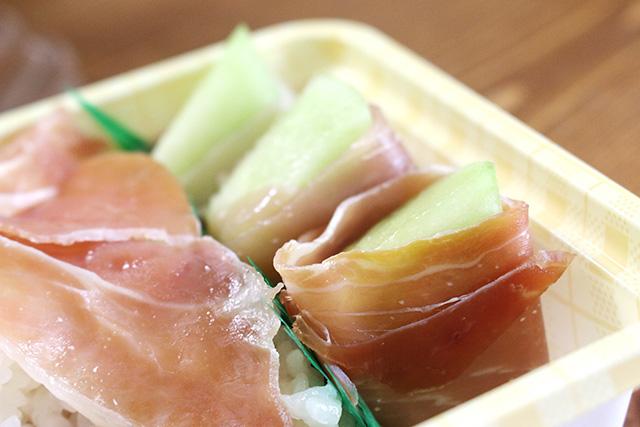 生肉オンリー感を払拭すべく、緑色の食材も取り入れた。