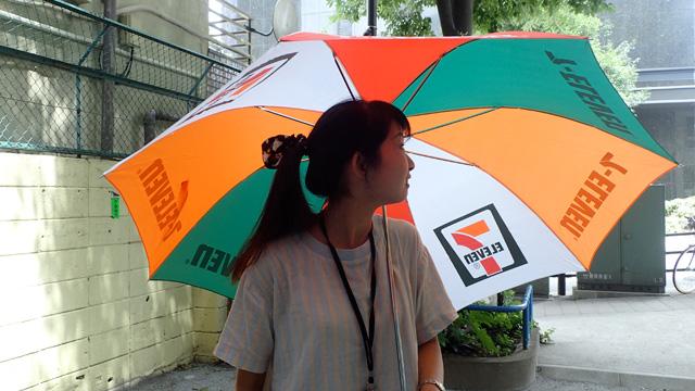 差してみた編集部橋田さん「守られてる感じがする」。そうだった。この傘、妙にサイズが大きいのだ