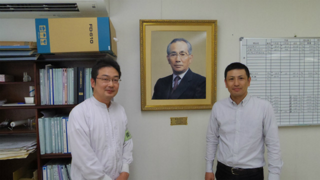 ここからは、工場を案内してくださる中川さん(左)と中村さん(右)