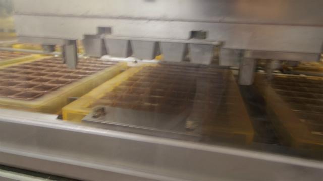 モールドに流し込んだチョコレートを冷たいシェルと呼ばれるハンコのようなもので真ん中に穴をあける
