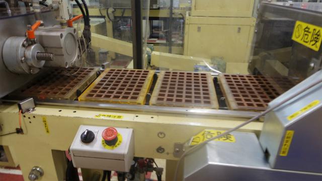 はみ出たチョコレートを削り取る