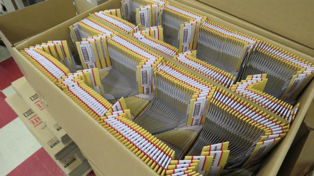 包装前のチロルチョコの包装紙、同じものがズラーッとならんでるのをみるとワクワクしますね