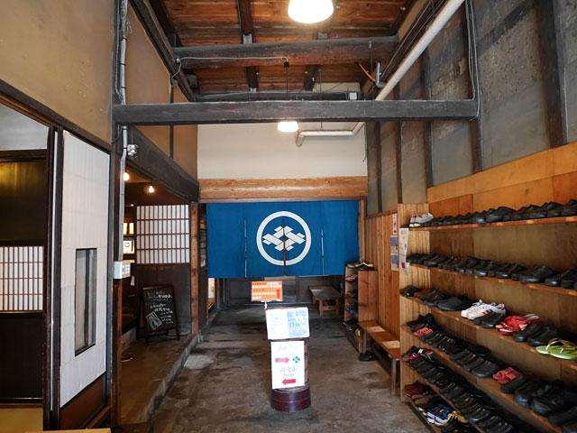 では蔵の中へ。ここでは、一日に数回酒蔵の見学をすることができる。